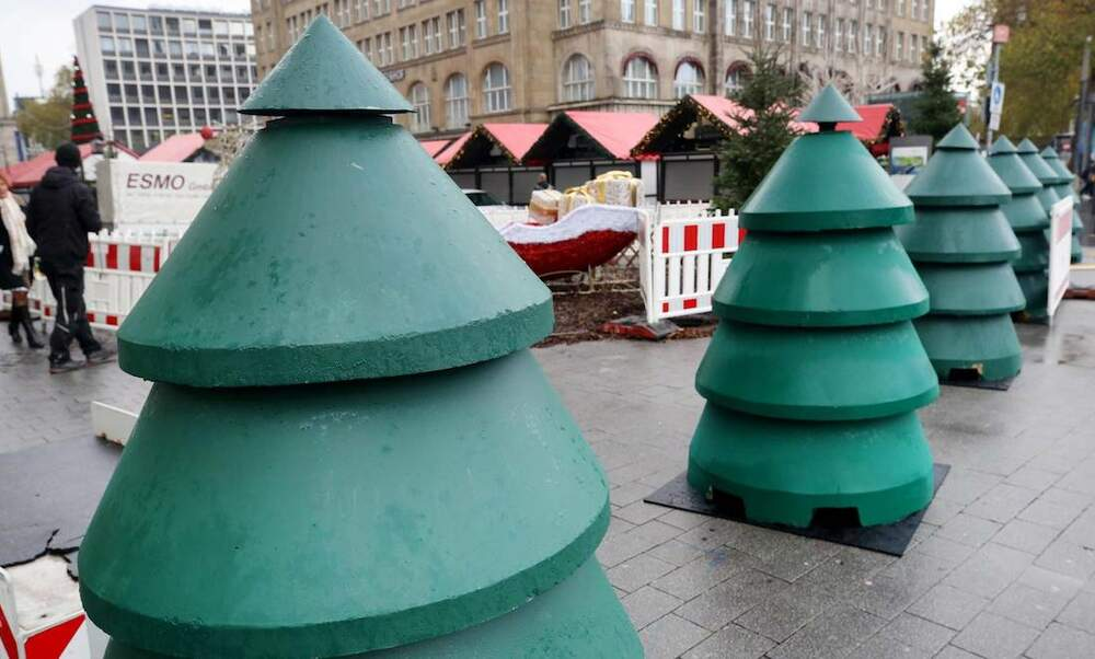 [Video] Essen protects its Christmas market with concrete Christmas trees