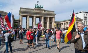 Crowd gathers at Brandenburg Gate to protest coronavirus measures